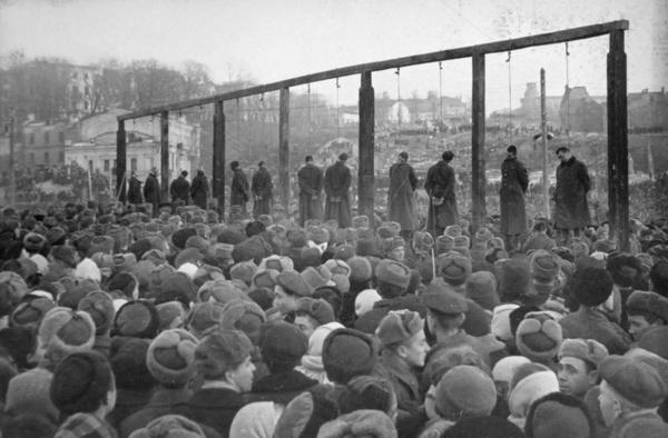 Казнь фашистов на площади Калинина в Киеве (сейчас — Майдан Незалежности)