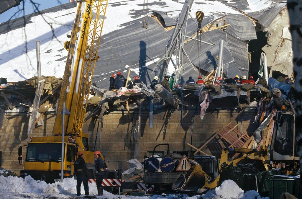 Крыша после обрушения. Спасатели на месте ЧП