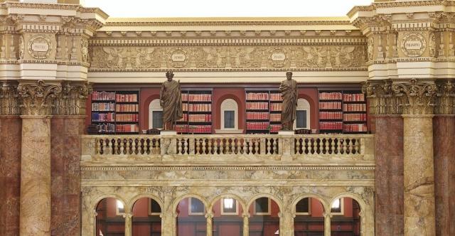 Главный читальный зал Библиотеки Конгресса США. Статуи Гомера и Платона вдоль балюстрады