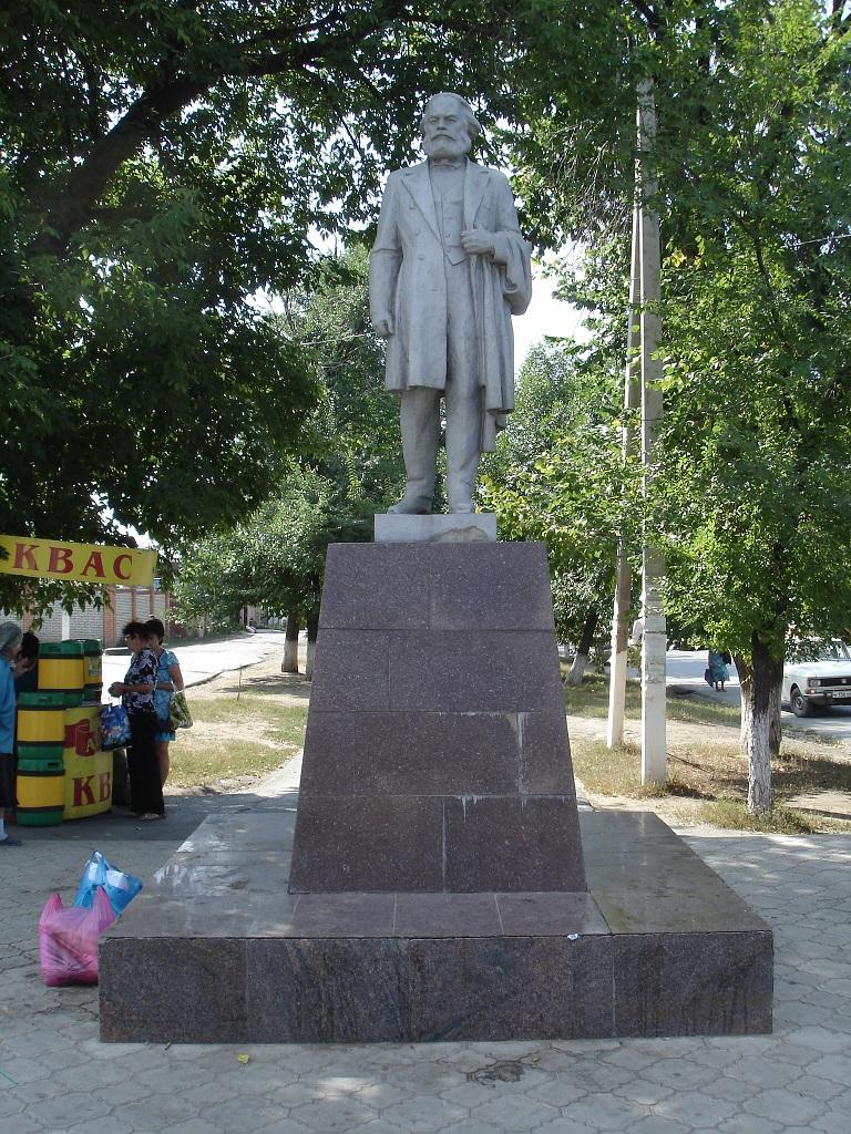 Памятник в Лиховском