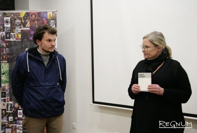Представитель Фонда Ингмара Бергмана Кайса Хедстрём поздравляет победителя