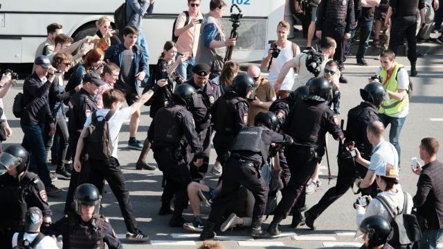 Около 1,5 тыс. человек участвуют в несогласованной акции в Москве