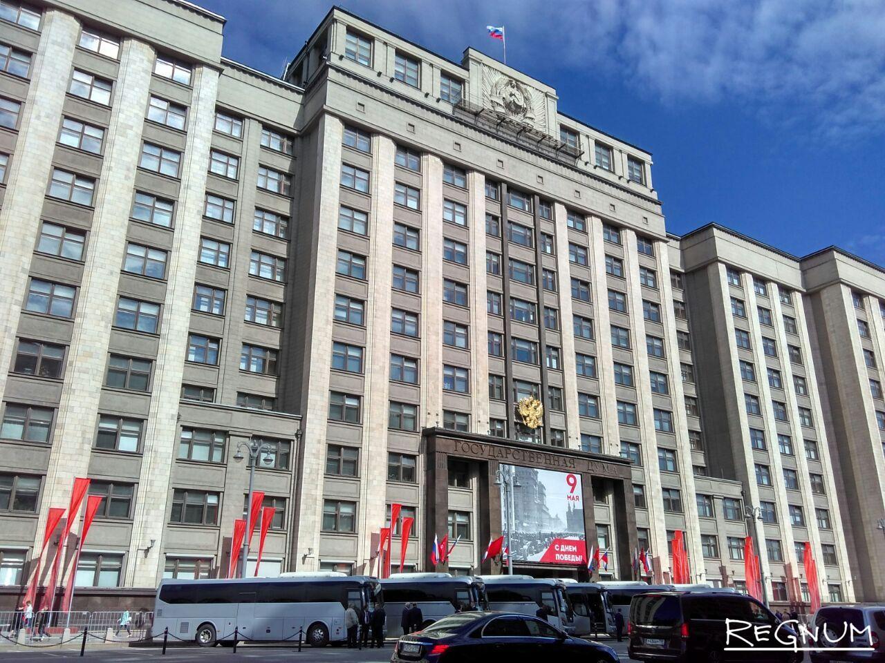 Автобусы перед Госдумой. Депутатов повезут на инаугурацию