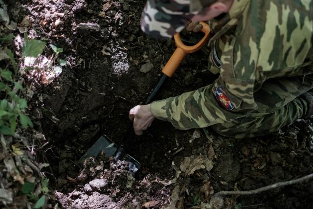 Раскопки проводят ребята из поискового отряда «Патриоты Кубани»