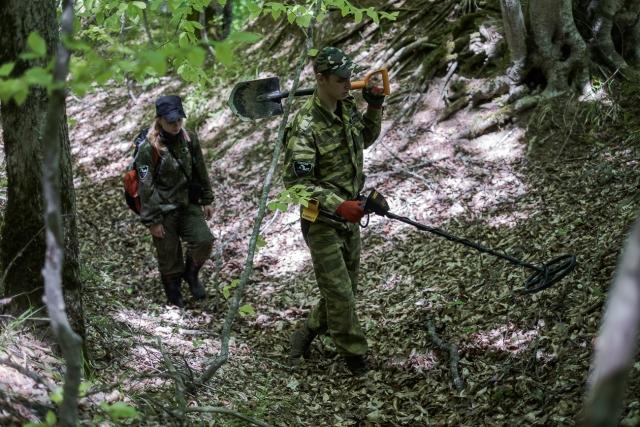 Поисковики с миноискателем прочёсывают лес