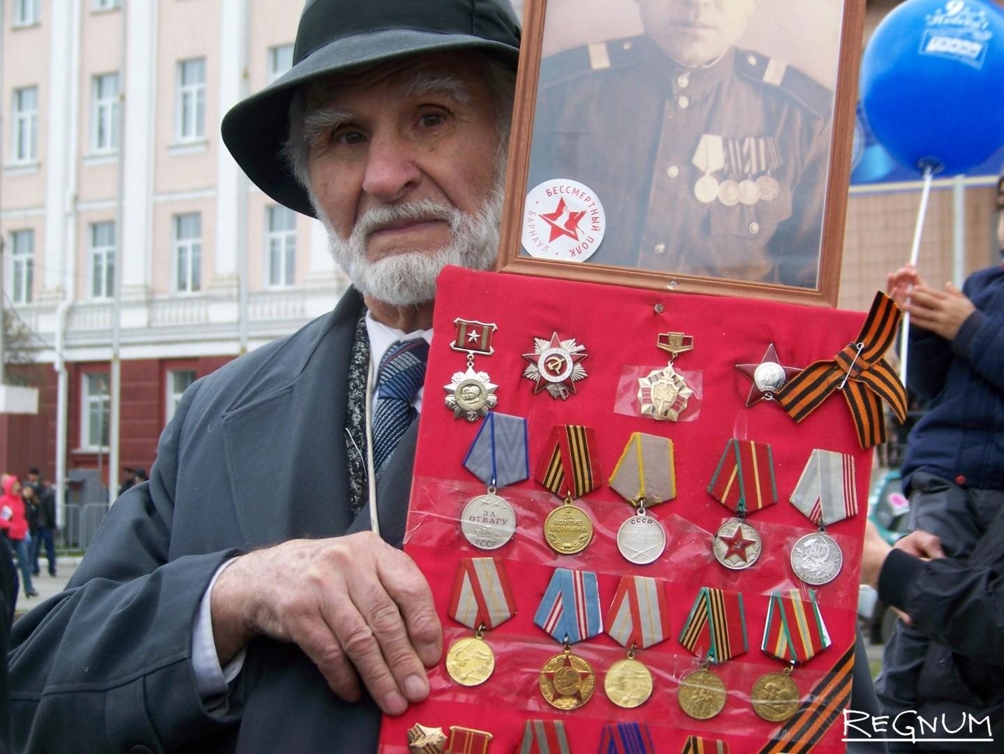 «Бессмертный полк». Барнаулец несёт ордена и портрет своего отца