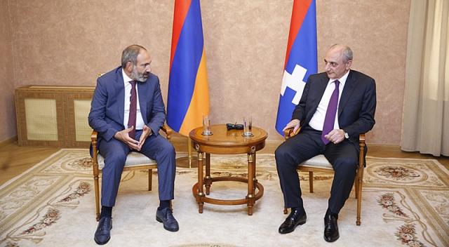 Никол Пашинян (слева) и президент Республики Арцах Бако Саакян