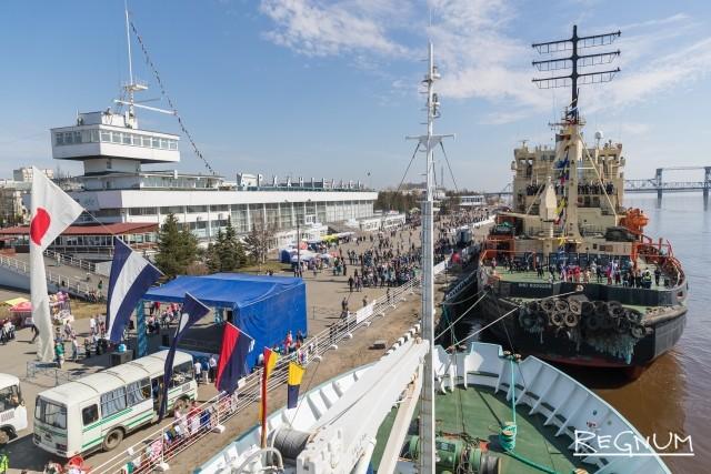 Вид с Научно-исследовательского судна «Профессор Молчанов» на ледокол «Диксон» и на морской речной вокзал