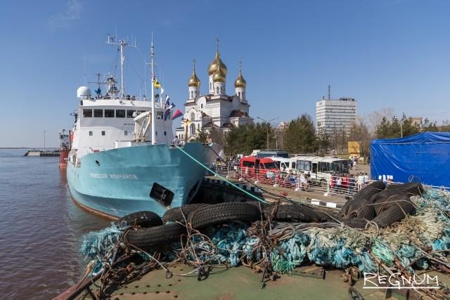 Вид с Научно-исследовательского судна «Профессор Молчанов» на ледокол «Диксон»