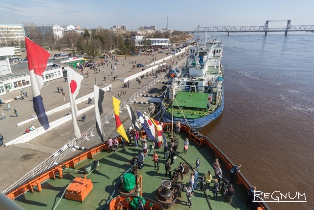 Вид с ледокола «Диксон» на ледокол «Капитан Чадаев»