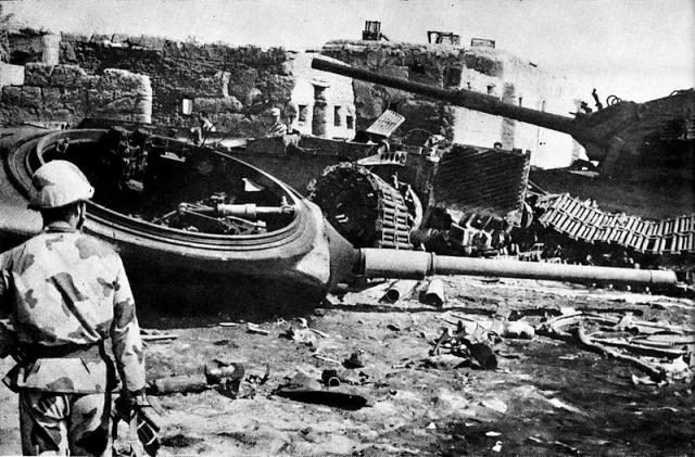 Египетский солдат перед группой выбитых израильских танков в деревне Абу Атва во время битвы за Исмаилию. 1973