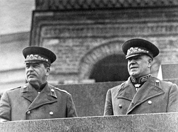 Иосиф Сталин и  Георгий Жуков на Параде Победы. 1945
