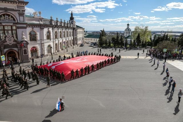 Бессмертный полк в Казани. Знамя победы