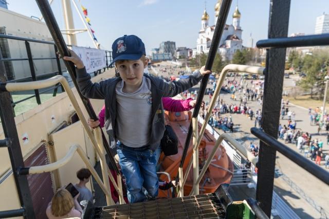 Юные гости поднимаются на борт ледокола