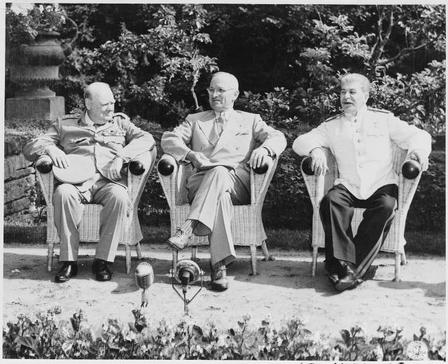 Потсдамская конференция Уинстон Черчилль, Гарри Трумэн и Иосиф Сталин (слева направо)