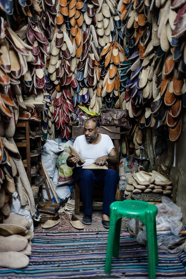 Производство кожаных тапочек на рынке