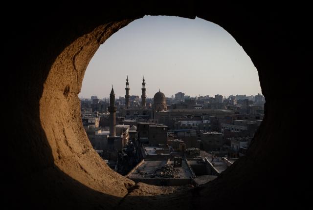 Вид на Средневековый Каир с одной из многочисленных открытых крыш