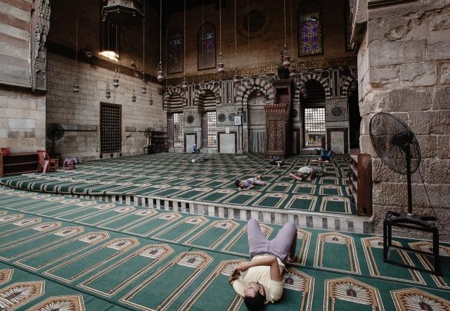 Пережидая полуденный зной в мечети