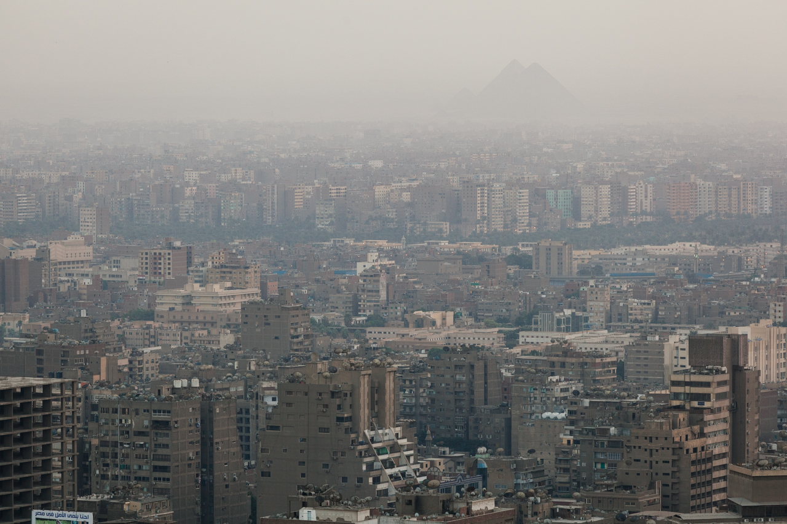 Муравейник Каира на фоне Великих пирамид