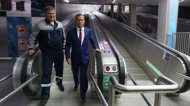 Медведев на траволаторе «Новокрестовской»
