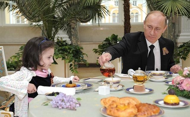 Владимир Путин наливает чай