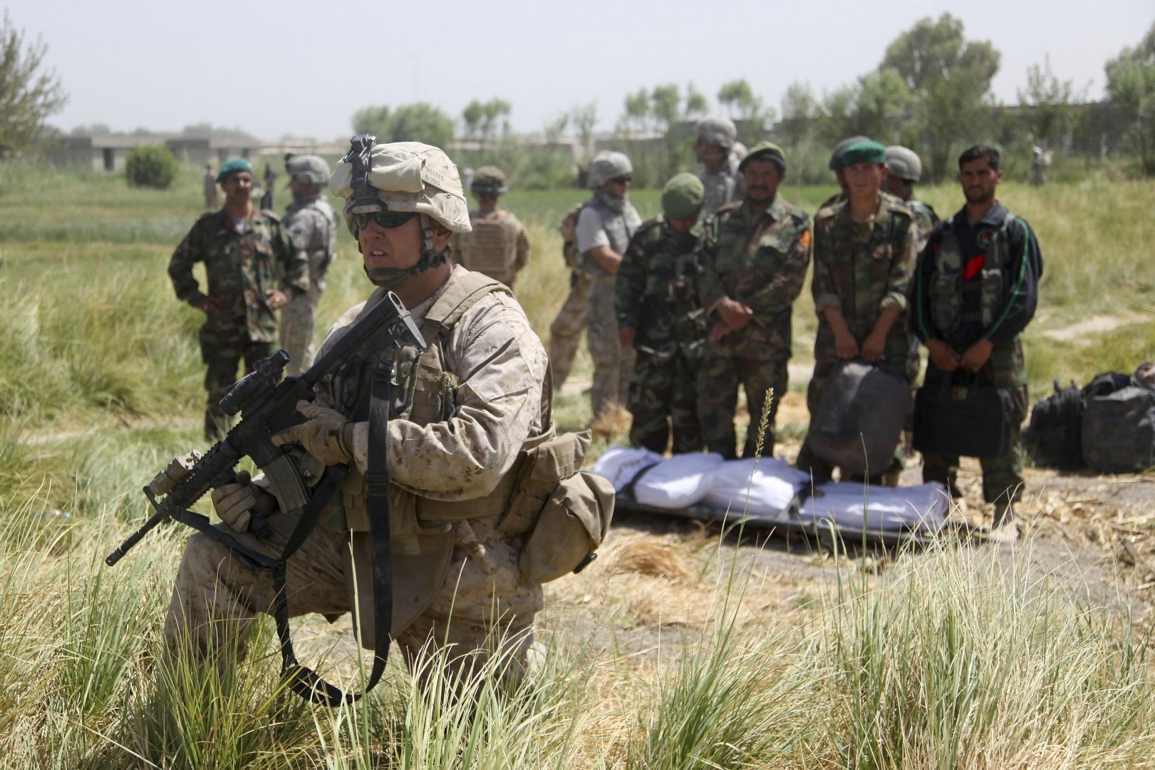 Американские военные охраняют афганских солдат и их убитого сослуживца