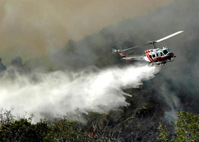 К тушению пожара в Пугачёво привлекли три вертолета и самолет
