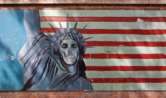 Рисунок на ограде бывшего посольства США в Тегеране
