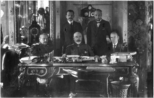 Антон Деникин (сидит в центре) и члены Особого совещания при главкоме ВСЮР. Лето 1919 г