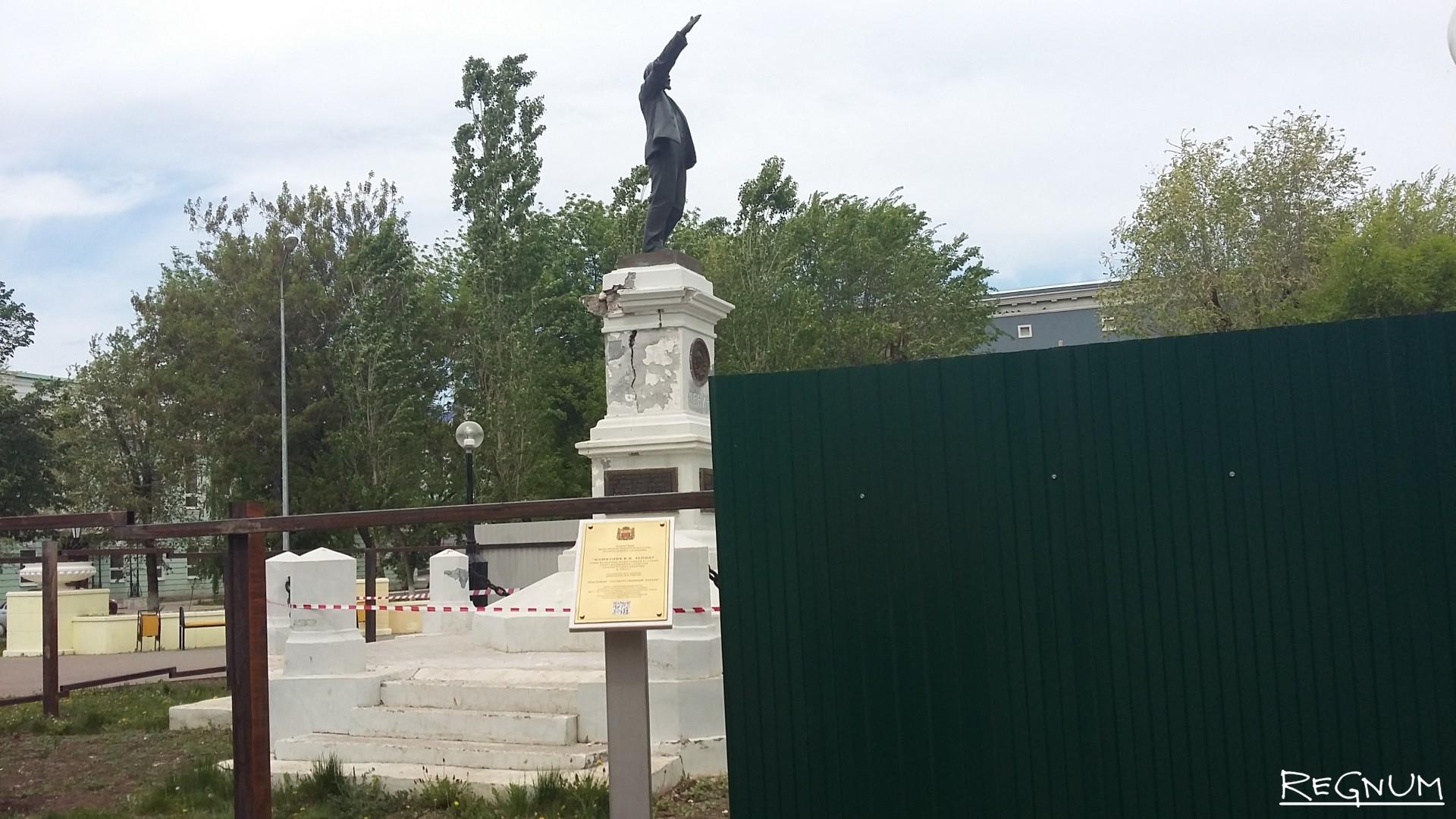 Один из первых памятников Ленину