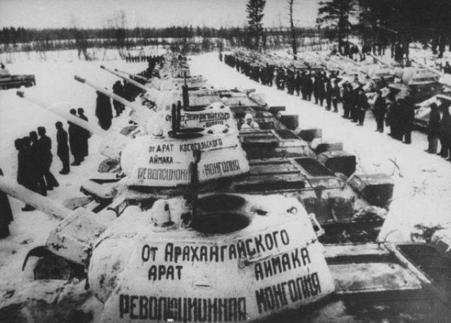Танки, переданные в помощь СССР правительством Монголии, перед отправкой на фронт Великой Отечественной войны
