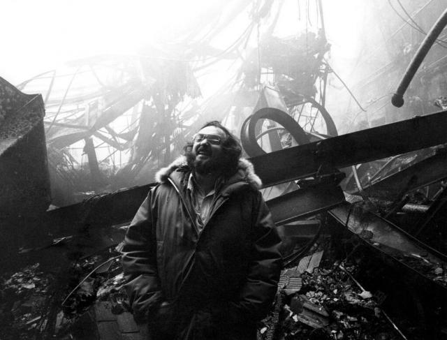 Стэнли Кубрик на пепелище сгоревшей декорации отеля
