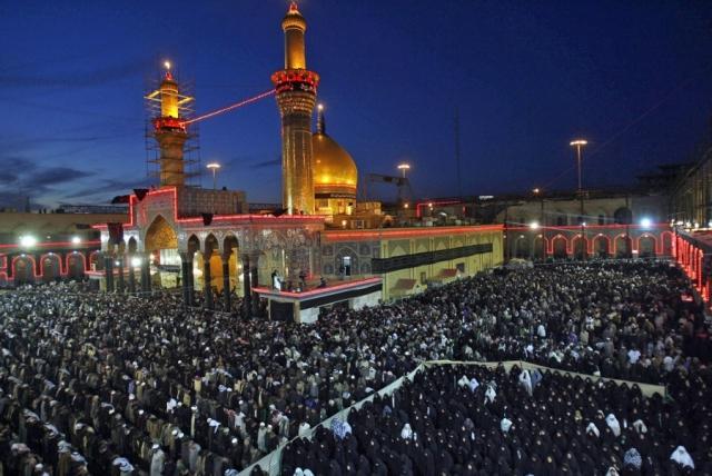 Паломники возле Мавзолея-мечети Али в Эн-Наджафе