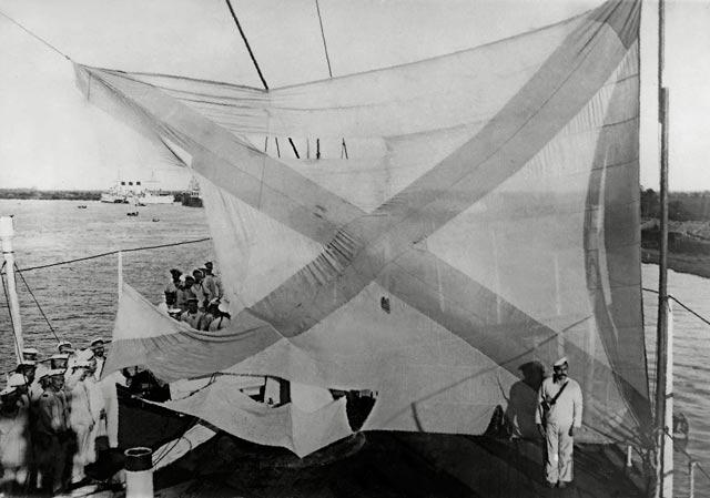 Кормовой флаг крейсера «Аврора» после Цусимского сражения