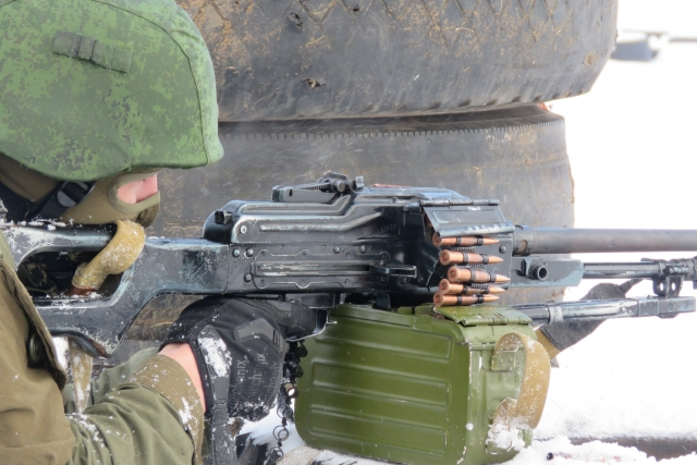 Солдат с ПК. Донецк. ДНР. 2017.