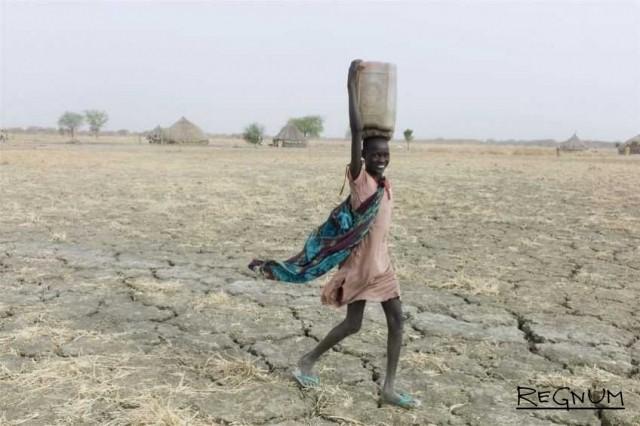 Южный Судан. Март 2012 года  Государственное единство, графство Парианг, село Wengoth  Девушка, несущая воду Фотограф: Том Стоддарт