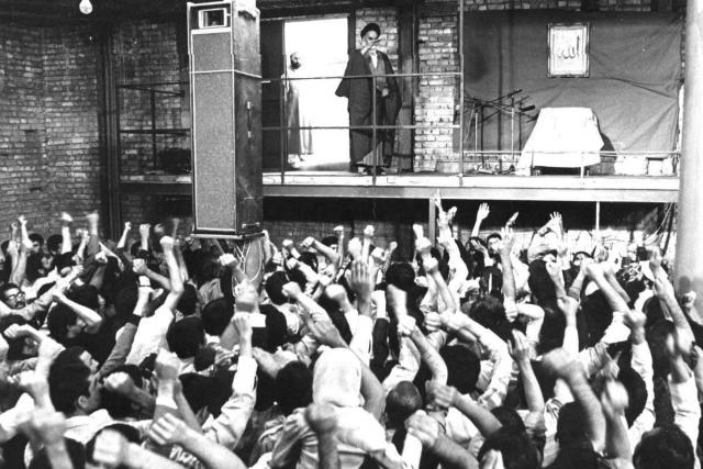 Иран. Толпа приветствует аятоллу Хомейни