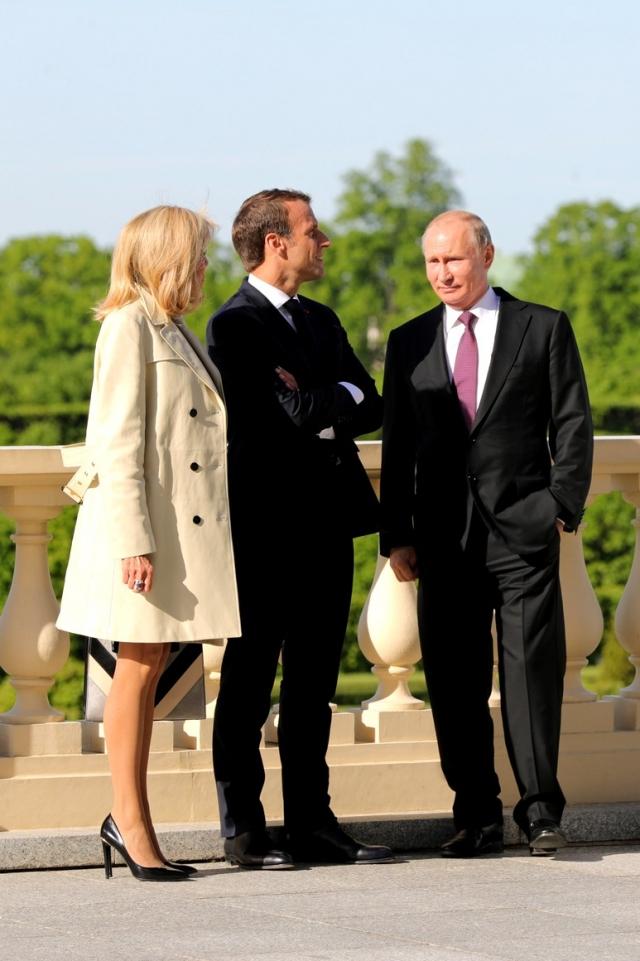 Брижит и Эммануэль Макрон и Владимир Путин