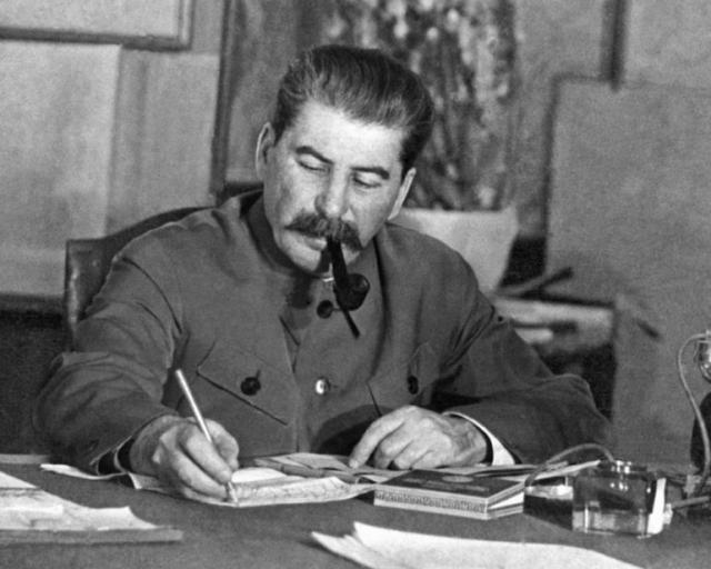Иосиф Сталин за письменным столом