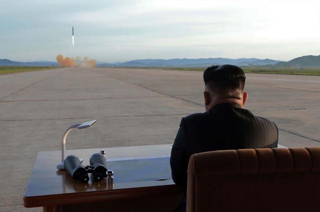 Ким Чен Эн наблюдает за запуском баллистической ракеты