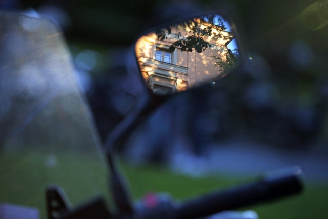 Отражение в зеркале мотоцикла