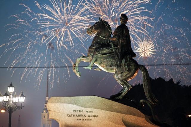 Юбилей Петербурга завершился красочным фейерверком над Невой