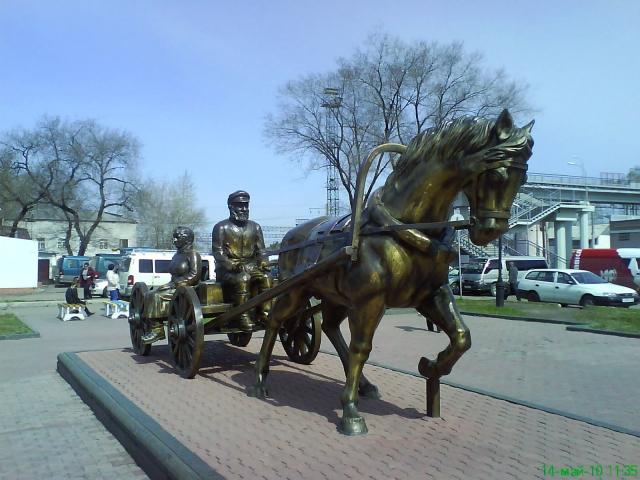Памятник переселенцам на привокзальной площади Биробиджана