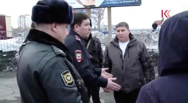 Петропавловск-Камчатский. Ччастники акции протеста против повышения цен на бензин и представители полиции