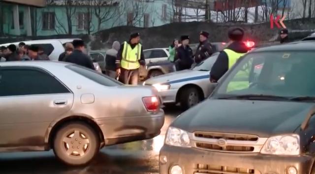 На Камчатке автомобилисты, протестуя против роста цен на бензин, перегородили проезд к АЗС