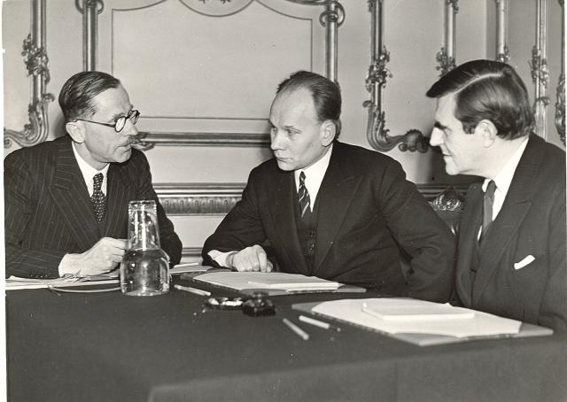 Советский дипломат Фёдор Гусев (в центре) с членами Европейской консультативной комиссии