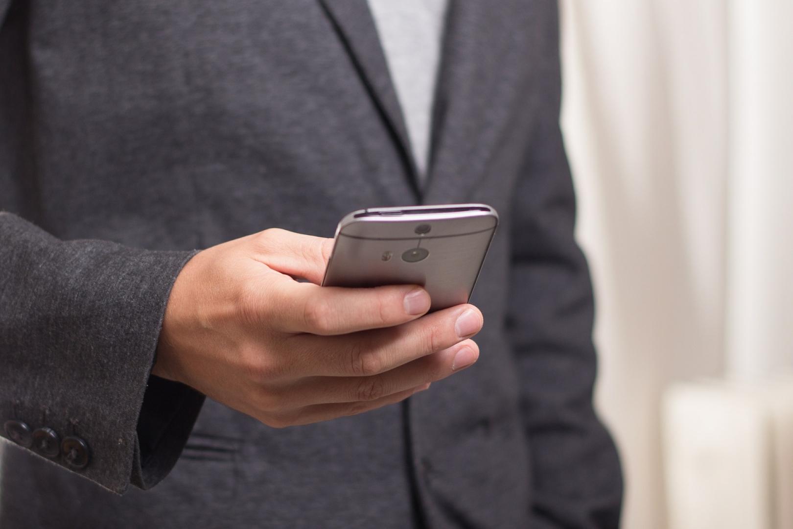 Мобильный телефон в руках. (cc) niekverlaan - ИА REGNUM
