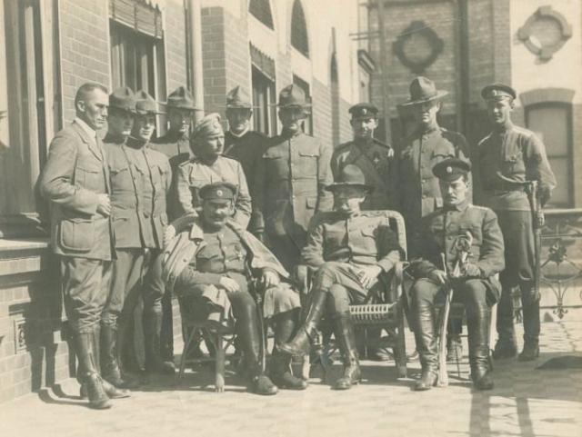 Григорий Семенов (сидит слева), генерал-майор Уильям Сидни Грейвс