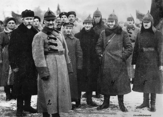 Командующий войсками Сибири Н.Н. Петин (№2) и командующий бывшей НРА ДВР И.П. Уборевич (№4). Владивосток. 1922