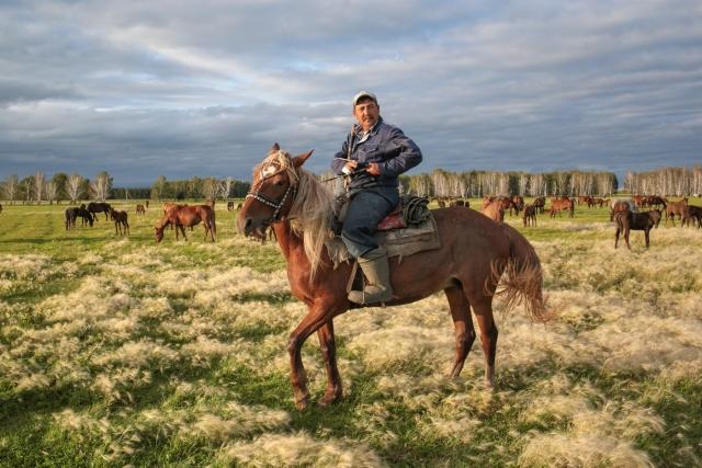 Каждый мужчина аула по очереди пасет лошадей. Аул Каскат, Омская область